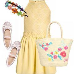 Outfit bimba sui 10 anni, per le uscite con la mamma a spasso per i centri commerciali. Il look spensierato è composto da un abito a fiorellini stampati e applicati in color giallo paglia, cerchietto colorato per i capelli, ballerine con glitter e shopping bag.
