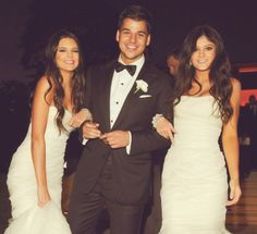 These 3 tie for 2nd place. Khloe wins first for favorite kardashian