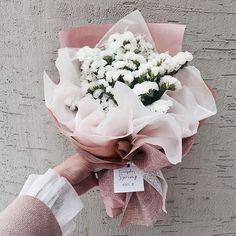 ♡♡Breakfast at Chloe's♡ How To Wrap Flowers, Hand Flowers, Flowers Nature, Dried Flowers, Beautiful Flowers, Bouquet Wrap, Hand Bouquet, Beautiful Flower Arrangements, Floral Arrangements