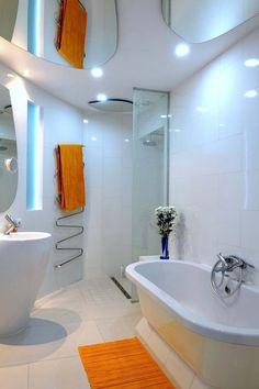 Petite salle de bains au design moderne avec douche italienne et baignoire