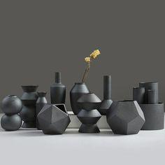 Inspirés d'une technique de modelage japonaise, les vases Iron Glaze sont d'une couleur sombre métal et d'un aspect granuleux. Des formes modernes et recherchés pour vos arrangements floraux, plantes et autres ornements.