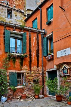 venezia, italy.  http://monicabionda.tumblr.com/post/35054387957/tassels-corte-rota-venezia-italy