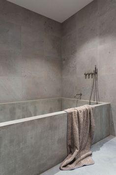Wonderful And Cozy Modern Bathtub Design Ideas 02 Minimalist Bathroom Design, Modern Bathroom Design, Bathroom Interior Design, Modern Interior Design, Casa Magnolia, Concrete Bathtub, Concrete Walls, Bathtub Walls, Modern Bathtub