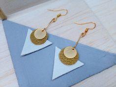 Boucles d'oreilles triangles cuir blanc et doré : Boucles d'oreille par aika