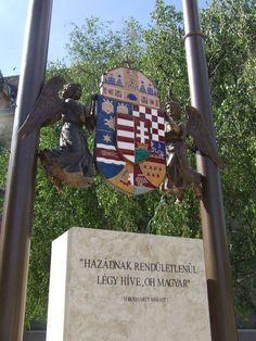 Az Országszászló alatti nagy magyar címer - Kecskemét - Alföld. Hungary Heart Of Europe, My Roots, Beautiful Landscapes, Culture, Places, Travel, Life, Hungary, Turismo