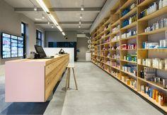 Free-flow, punto ristoro e sistemi di distribuzione tecnologici per uno spazio che sfida i cliché della farmacia tradizionale