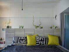 <p>コンクリートブロックを腰の高さまで積み上げてパーティション感覚の間仕切り壁に。壁の奥はワークスペースになってます。</p>