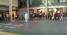 Una mujer mayor se pone a bailar al escuchar la música. ¿Segundos después? ¡Maravilloso!