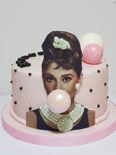 Tarta Audrey Hepburn Audrey Hepburn Cake, Audrey Hepburn Birthday, Dog Cakes, Girl Cakes, Birthday Cake Girls, Birthday Ideas, Most Beautiful Faces, Breakfast At Tiffanys, Food Decoration
