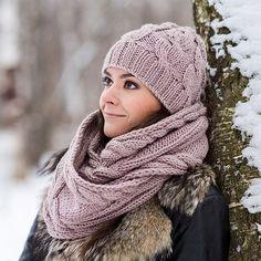 Купить или заказать Вязаный комплект «Капучино». Шапка и шарф в интернет-магазине на Ярмарке Мастеров. Вязаный комплект нежного бежево-розового цвета придаст женственности любому наряду, согревая вас осенью и зимой. Комплект получился очень мягким, теплым и уютным, он прекрасно дополнит верхнюю одежду разных цветов, благодарю универсальному бежевому тону. По вашему желанию я могу утеплить шапочку вязаным подкладом из хлопка, мериноса, пуха норки или кашемира.