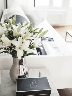 Elegant Interior Designs ∘・゚ Home Flower Arrangements, Flower Vases, Flowers, Living Room Interior, Home Interior, Living Room Decor, Coffee Table Styling, Decorating Coffee Tables, Home Decor Accessories