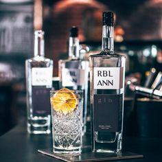Uitgelicht: RBL ANN gin | Alles over gin. Gin, Tonic Water, Utrecht, Vodka Bottle, Perfume Bottles, Drinks, Drinking, Beverages, Perfume Bottle