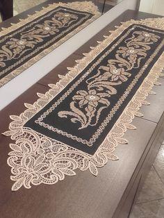 Τραβέρσα 0.40 Χ 1.50 Νο 596 σε μαύρο καμβά (όλα τα υλικά για να το κεντήσετε) | Αδράχτι Cross Stitch Embroidery, Hand Embroidery, Point Lace, Crochet Doilies, Table Runners, Decoration, White Lace, Needlework, Diy And Crafts