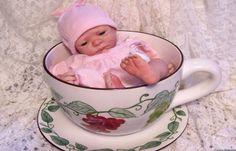 Bebe en una taza