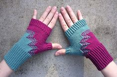 Ravelry: Deco Mitts pattern by Dagmar Mora (finger crochet fingerless mitts) Crochet Gloves Pattern, Mittens Pattern, Knit Crochet, Fingerless Gloves Knitted, Knit Mittens, Knitted Hats, Wrist Warmers, Hand Warmers, Arm Knitting