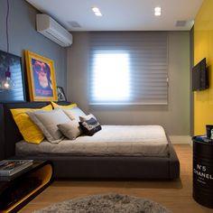 Quarto, destaque para a composição nos tons amarelo, preto e cinza, cheio de…