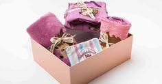 Babaváró csomagjaink kis szériában készülnek. Ezt a kollekciót az erdei állatok ihlették, a kislányoknak a sünit választottuk álomhozó kisállatnak. Az alapszín a klasszikus babaruha színekhez közel áll, ám a rózsaszín helyett egy különlegesebb árnyalat, a mályva kapott főszerepet. Lany, Container, Gift Wrapping, Gifts, Paper Wrapping, Presents, Wrapping Gifts, Favors, Gift Packaging