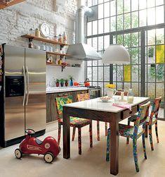 A casa passou por uma grande reforma comandada pelo arquiteto Vitor Penha. Ele derrubou paredes que deixavam a cozinha com a impressão de ser menor e aproveitou o pé-direito alto para criar um caixilho de ferro e vidro por onde entra luz natural