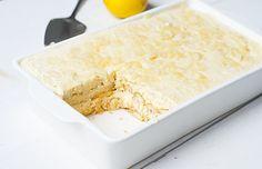 limoncello tiramisu met citroen, limoncello, eieren, poedersuiker, langevingers, amandelschaafsel, marscarpone en water. heel lekker dessert.