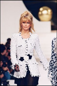 Chanel Fashion Show - Claudia Schiffer Chanel Fashion Show, 90s Fashion, Runway Fashion, Fashion Models, Vintage Fashion, Mode Chanel, Chanel Runway, Chanel Couture, Chanel Outfit