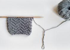 Avec ce post, nous allons apprendre à tricoter le point Riz Chevron : il permet d'avoir un tissu avec un dessin en zigzag. Ici, nous allons le combiner en alternant une maille endroit et maille envers, comme on fait d'habitude avec le point de riz. Pour cela, il faut monter un nombre …