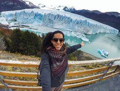 """Você já conhece a Cris do @raizesdomundo (Instagram). Ela tirou alguns meses para viajar entre os três países mais visitados por brasileiros na América do Sul: Uruguai Chile e Argentina. Essa foto é no Glaciar Perito Moreno, e como sempre deixou uma mensagem de inspiração: """"A melhor parte da viagem é ficar apaixonada por algo que se vê pela primeira vez... hoje foi por um glaciar"""". A viagem segue para Ushuaia e mais alguns destinos até chegar no Atacama!"""