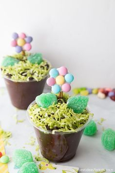 Flower Pudding Cups - these spring treats are so fun to make! Cute dessert idea for kids.