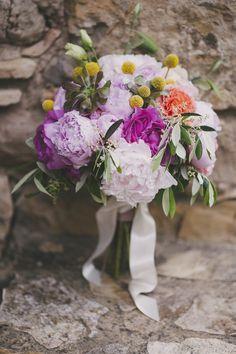 UN MARIAGE COLORÉ DANS LE SUD Un mariage coloré dans le Sud {8 Juin 2013} Parisiens tous les deux, Laurène et Nicolas avaient choisi le Sud pour célébrer leur union. une journée gaie et colorée malgré la pluie… Photographies : Lovely Pics