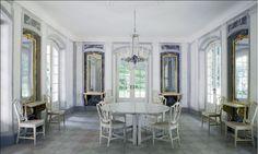 Den vackra matsalen med trompe-lœil-målade marmorkolonner och väggfält med infällda speglar.