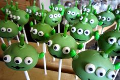 "Toy Story alien cake pops ~ ""The Claw! Cumple Toy Story, Festa Toy Story, Toy Story Party, Alien Party, Toy Story Birthday, 2nd Birthday, Birthday Parties, Disney Birthday, Cute Halloween Cakes"
