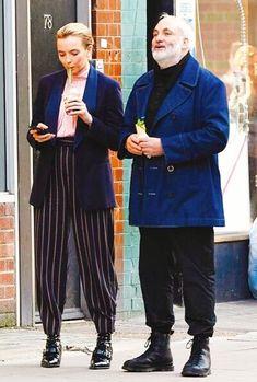 Looks Villanelle Killing Eve usando alfaiataria, blazer, camisa rosa e calça listrada. Villanelle's costumes for Killing Eve. Tailoring pants, pink shirt, blue blazer. Fashion Tv, Look Fashion, Miu Miu, Jodie Comer, Arizona Robbins, Cool Style, My Style, Dressed To Kill, Style Icons