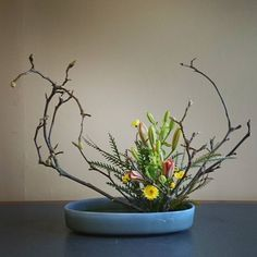 #Lilies and #willows and #mums oh my! There's something pretty ominous about those willlow branches #moribana #ikenobola #Ikebana #斜体 です、多分…