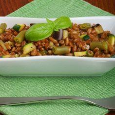 Mix di farro e verdure, perfetto per piatti caldi e freddi. Il Farro Saporito è un ingrediente di base per una minestra ricca.