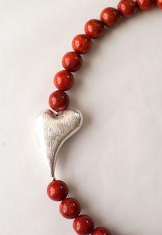Schaumkorall-Kette mit gebürstetem Silberherz   Foam coral necklace with brushed silver heart   atelier ie.