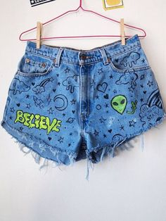 Doodle jeans // vintage high waisted shorts alien ufo drawn on Teen Fashion Outfits, Fashion Mode, Mode Outfits, Diy Fashion, Painted Shorts, Painted Jeans, Painted Clothes, Diy Clothing, Custom Clothes