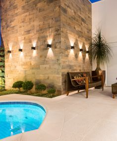 Parede com Porcelanato 20x120 Wood Composer da Cerâmica Portinari.  Arquiteto Misael Cardoso. Fotos Igor Correia. Fachada, parede decorada, madeira, piscina, área externa.