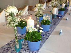 Tischdekoration mit Gänseblümchen.