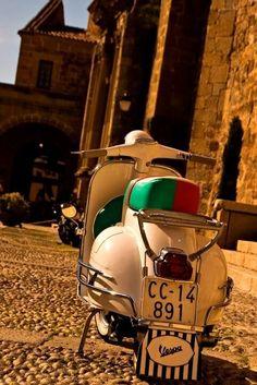 Vespa in Bella Italia Vespa Piaggio, Scooters Vespa, Motos Vespa, Lambretta Scooter, Motor Scooters, Vespa Motorcycle, Fiat 500, Vespa Vintage, Classic Vespa