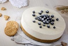 Nepečený cheesecake s omáčkou z čerstvých borůvek - recept. Přečtěte si, jak jídlo správně připravit a jaké si nachystat suroviny. Vše najdete na webu Recepty.cz. Mini Cheesecakes, Cooking Recipes, Lemon, Cooker Recipes, Recipies, Recipes