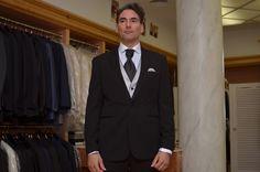 Traje novio negro y chaleco gris perla, escote en negro.  www.sasteriacampfaso.es