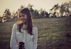 Zdroj:VeronikaValúchová      Radosť zo života, vďačnosť a neskonalé šťastie! Toto všetko vyjadruje nový singel Simy Martausovej.Chytľavá melodická pieseň vyvoláva radostné pocity a naplní optimizmom každého poslucháča!        Skladate...