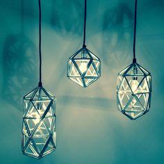 Tie-Tangles is een serie van 5 compacte, sfeervolle hanglampen.  De naam weerspiegelt het productieproces:  3 aluminium buisjes worden samengebonden tot een driehoek. De driehoeken zijn de modulaire eenheden van het systeem.  Door samenvoeging van meerdere driehoeken ontstaan driedimensionale vormen.