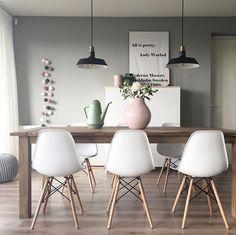 Combinatie van hout, zacht groene muur en roze details
