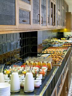 Desayuno Buffet en el Restaurante The Kitchen Breakfast Buffet Table, Brunch Buffet, Buffet Set Up, Styling A Buffet, Buffet Ideas, Buffets, Hotel Buffet, Party Food Buffet, Breakfast