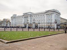 Buckinghamin palatsi. Lippu salossa kertoi, että kuningatar oli paikalla.