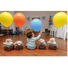 Olha o Antonio na foto da Fotografa Isa Luciana, brincando com os arranjos de mesa decorados com balões de 16 polegadas. #festaantonio #festaovelhinha #festaovelha #decoraçãoovelha #balaocultura #balaocultura #balãocultura