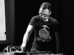 MARTIN PETER hat ein feines Händchen, und das nicht nur für Musik. Wenn er nicht gerade im Studio oder bei diversen Live-DJ-Gigs seiner musikalischen Kreativität frönt, veredelt er Zutaten feinster Herkunft zu edelsten Gaumen-Schmankerln. So reichhaltig und breitgefächert wie sein Gusto für Delikatessen ist auch sein Soundprofil. Am 16 07 in der Registratur Bar.