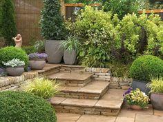 Muito elegante  e equilibrado esse jardim, os vasos em tamanhos variados e estrategicamente colocado