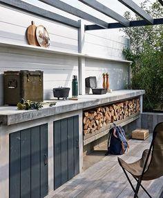 We hoeven geen hele buitenkeuken, maar vinden deze opzet met beton en houtblokken wel erg aanspreken. Wellicht een kleinere variant. (Bekend van vtwonen: 'Binnen-Buitentuin' met buitenkeuken en vtwonenbuitentegels.)