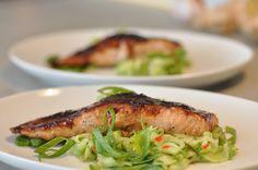 Lachs mit Ingwer-Senf-Glasur und Chili-Gurken-Salat
